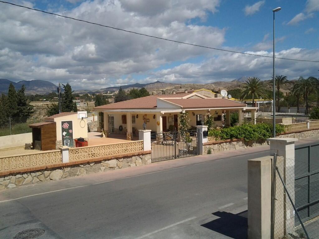 2 bedrooms detached Villa on corner plot in San Vicente (Alicante)  1980 2 bedroom villa all on one ,Spain