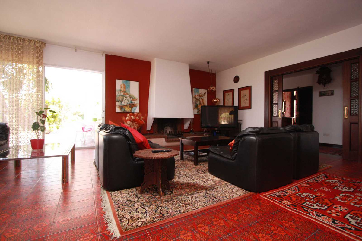 Wonderful villa in one of the best locations Cerrado de Calderon . On a plot of 1,200 square meters ,Spain