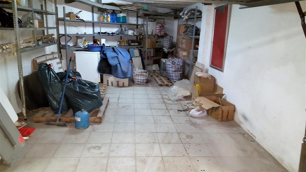Private secure garage in La Duguesa. Garage, La Duquesa, Costa del Sol. Built 20 m².  Setting : Port,Spain