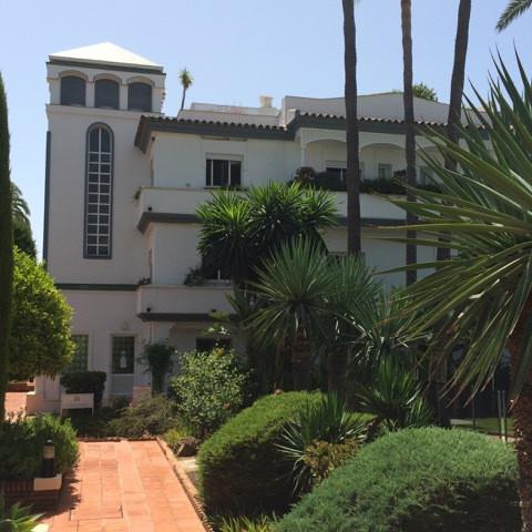 Apartamento ubicado en una urbanizacion con 2 piscinas y jardin muy grande en la primera linea del m,Spain