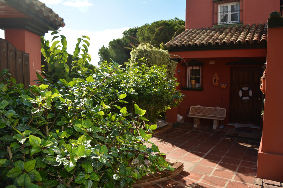 (025)  Registration number CTC-2016123305  This is an attractive 5 bedroom semi detached villa set i,Spain