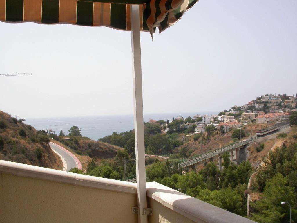 Refurbished studio apartment in quiet area of Nueva Torrequebrada, with sea and mountain views. Comm,Spain