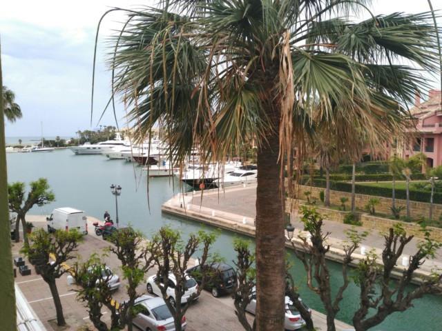 2 dormitorios con bano en suite en ambos, amplio salon con salida a terraza cubierta  con vistas pan,Spain