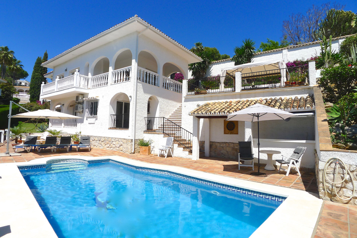 Absolutely gorgeous 4 bed spacious family villa in the highly sought after peaceful urbanisation La ,Spain