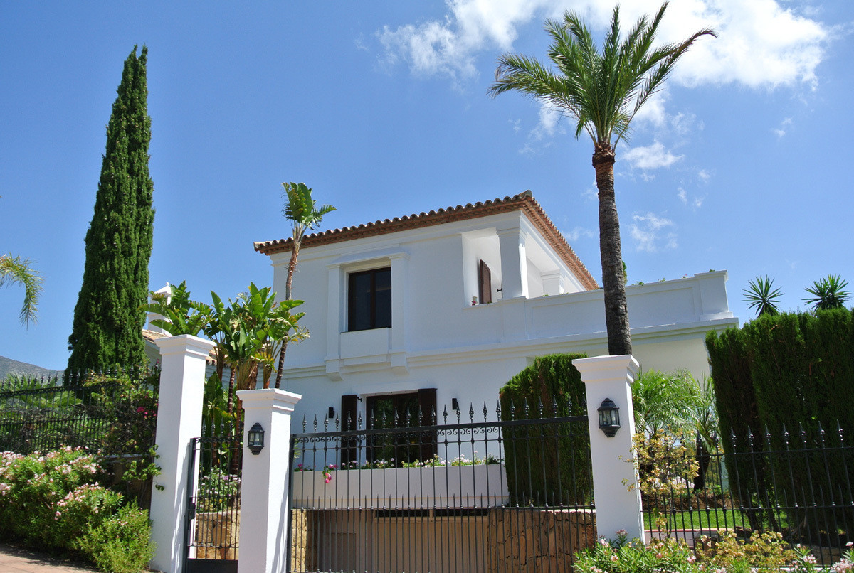 This charming villa is located in a prime location in Marbella just between the Golden Mile and Sier,Spain