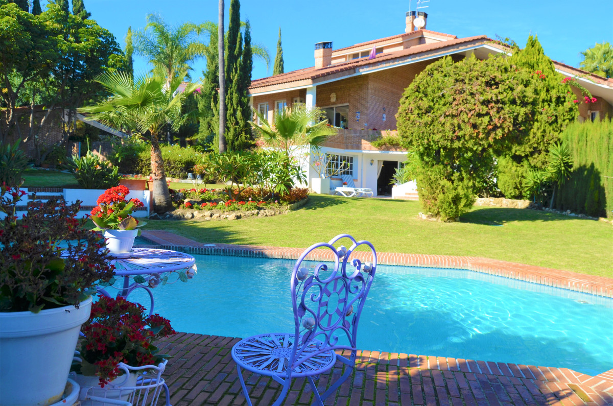 Welcome to this one of a kind villa in frontline golf position in Benahavis! The huge plot that cont,Spain