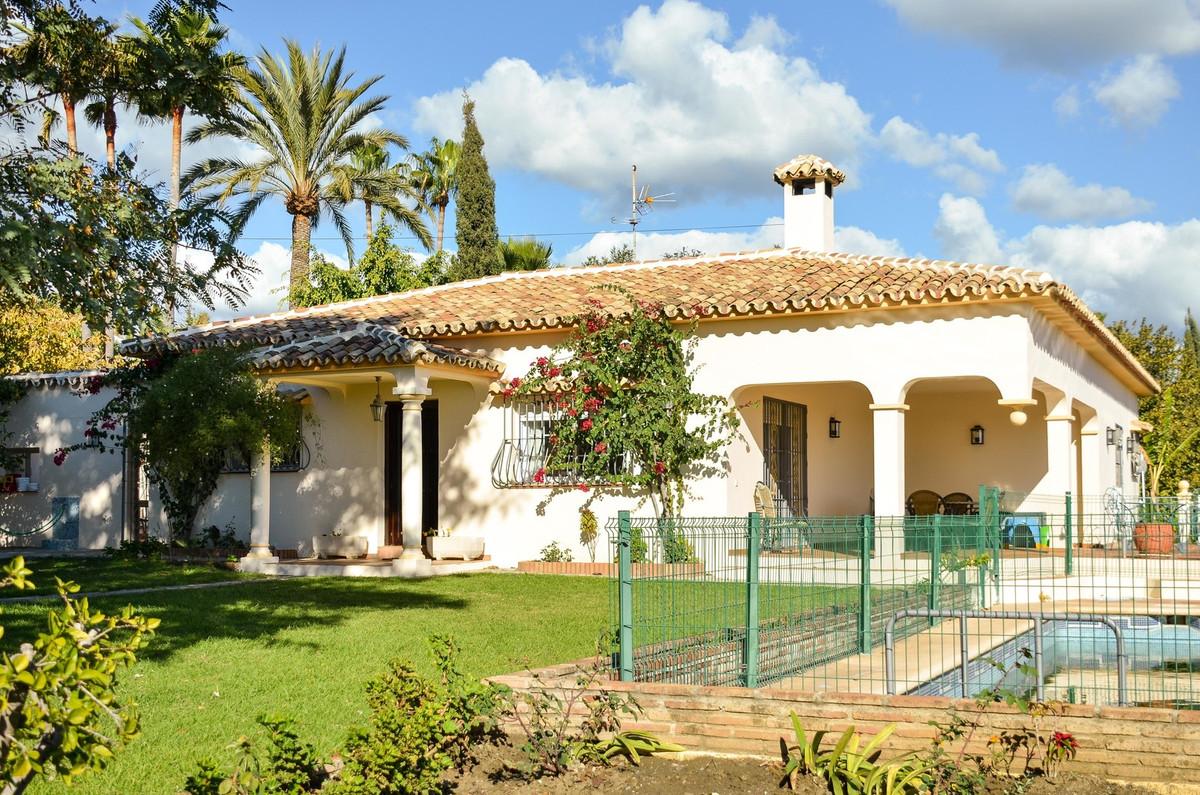 Detached Villa, Estepona, Costa del Sol. 5 Bedrooms, 2.5 Bathrooms, Built 298 m².  Setting : Country,Spain