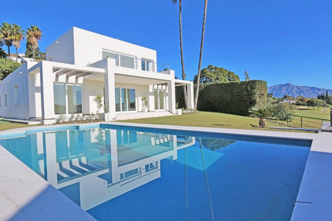 Detached Villa in El Paraiso R3064015