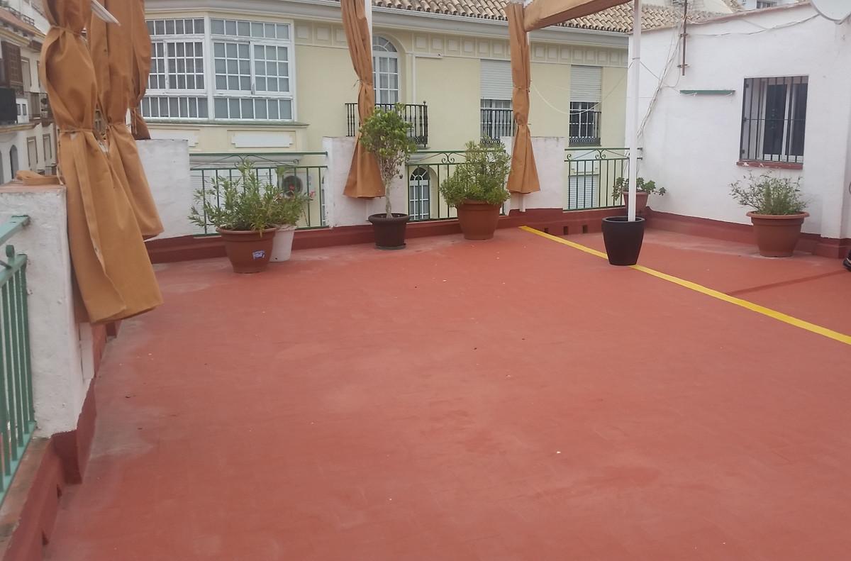 Oportunidad de inversion!!! Esta casa adosada tiene 11 dormitorios, 5 banos, patios, terrazas, un so,Spain