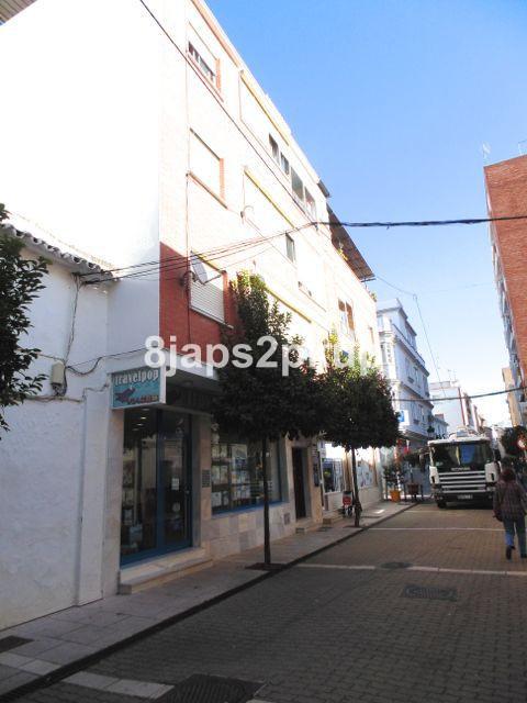 Bloque a la venta en el Centro de Estepona.  Consta de 5 pisos, 2 terrazas y 2 locales comerciales. ,Spain