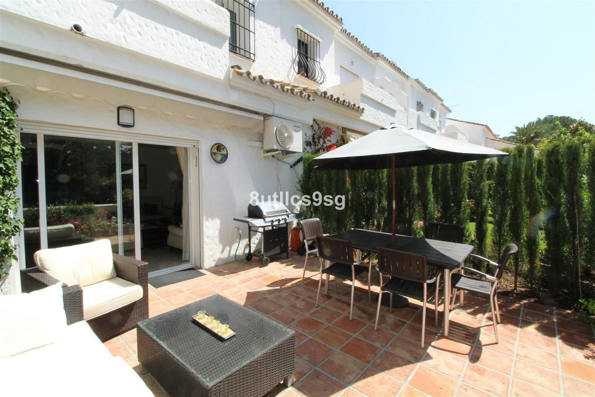 Townhouse in Las Brisas R3180025