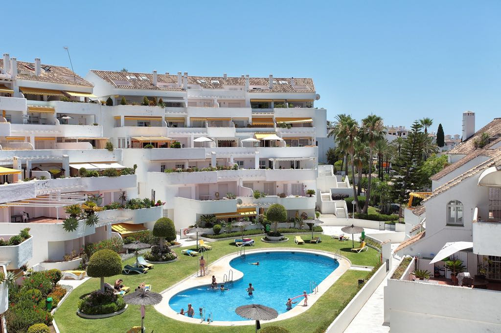 South facing apartment with 2 bedrooms and 2 bathrooms in a complex with pool and garden, within wal,Spain
