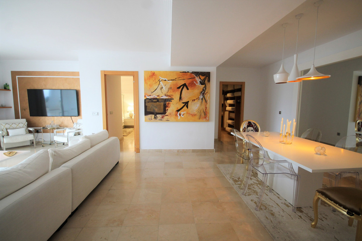 Luxury apartment located in a prestigious community, first line golf in the prestigious Los Flamingo,Spain