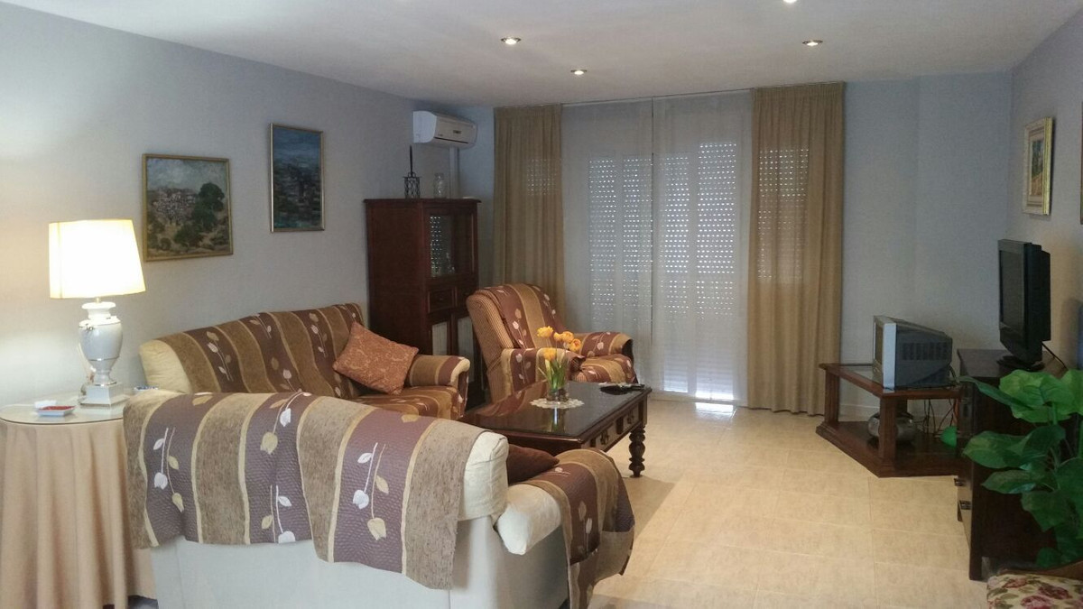 Located in the district of Los Boliches, this 4bedroom apartment on the 2nd floor with elevator. It ,Spain