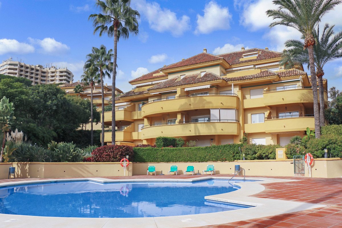 Beautiful apartment on the first floor, facing south, with a large terrace  first line of golf. It i,Spain