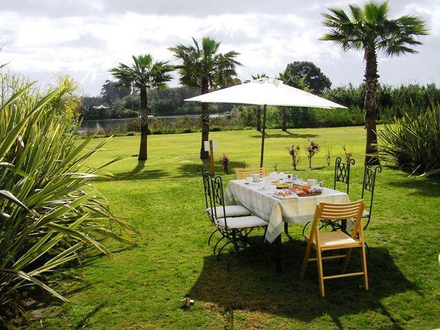 Es una vivienda muy singular de 2 dormitorios con jardin privado de 100 m2 hasta la misma orilla del,Spain