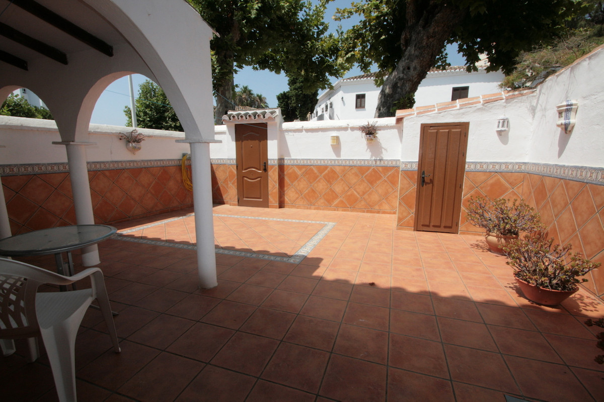 A stunning tonwhouse built on two storeys and with a huge private sunny terrace of 39 m2, located inSpain