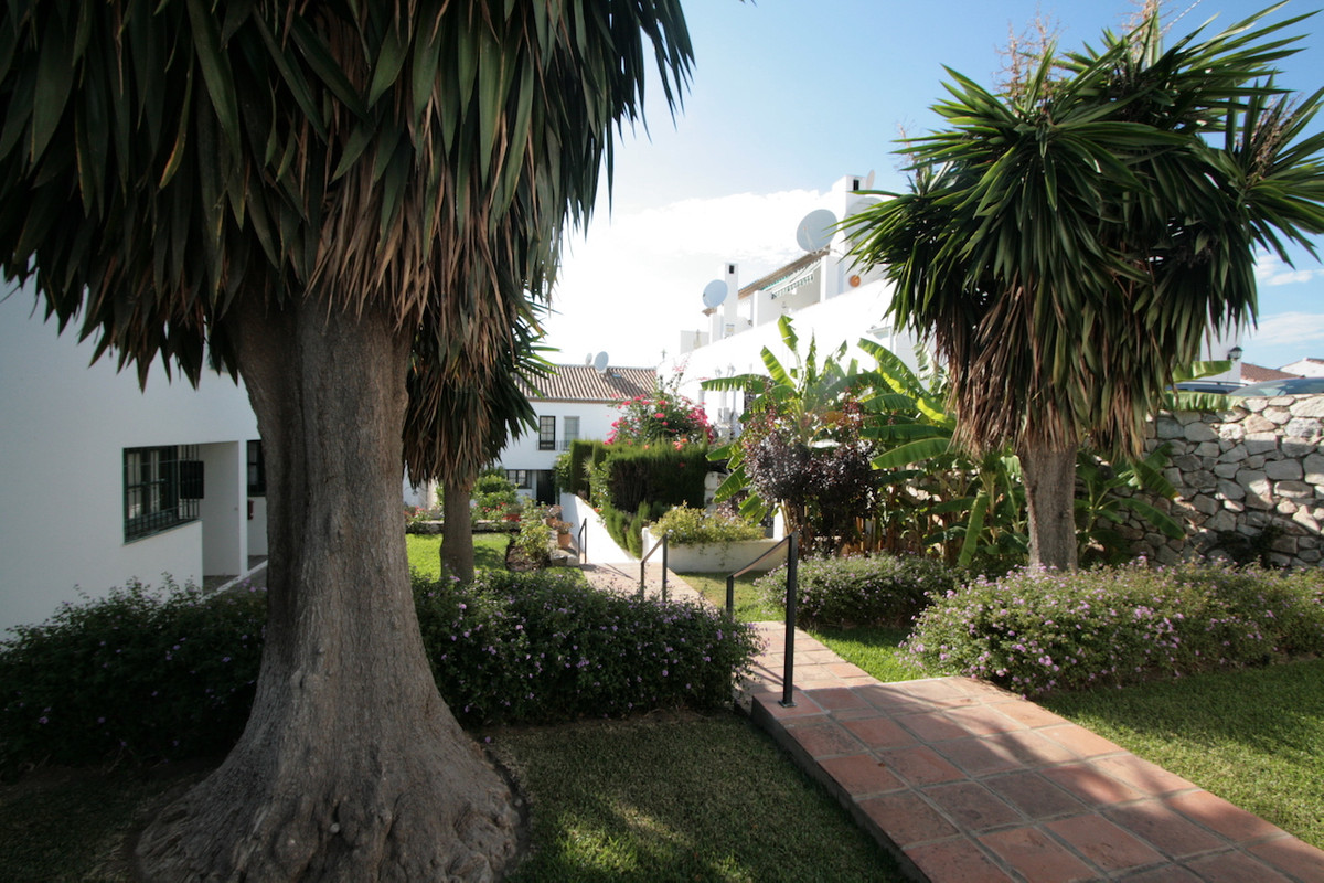 This charming townhouse is located in a lovely and very quiet private urbanisation in Mijas Golf, su,Spain