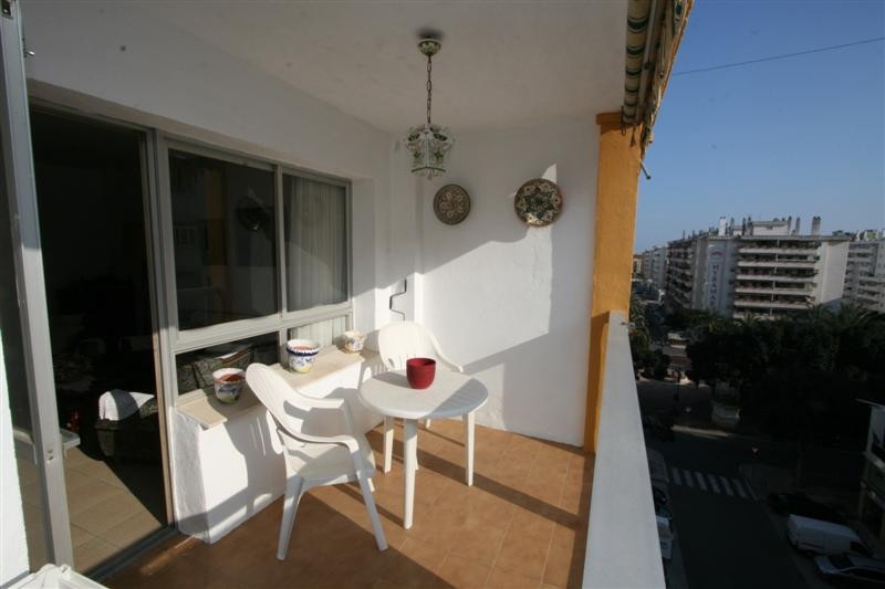 This three bedroom two bathroom apartment is situated in very good and very central location in Fuen,Spain