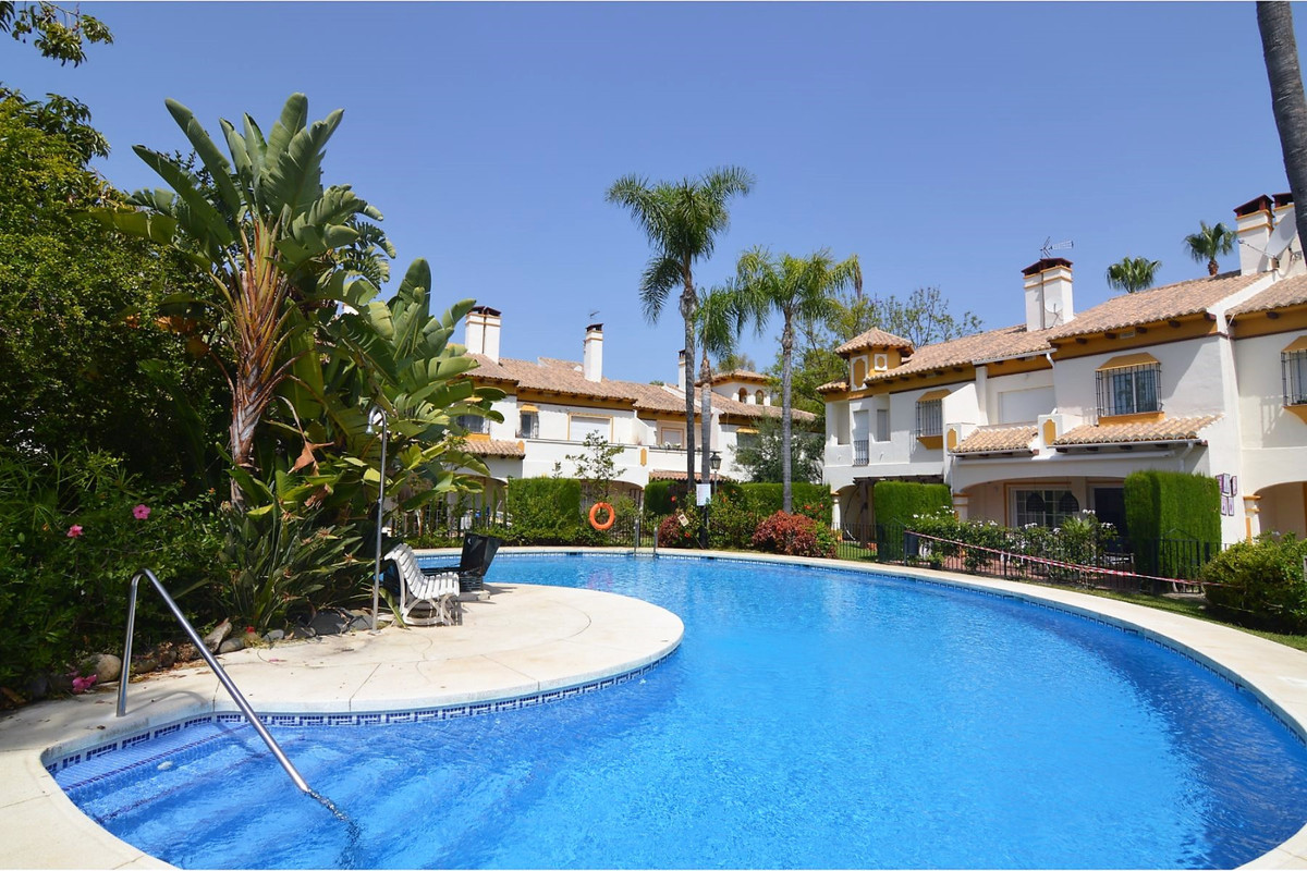 Townhouse for sale in Nueva Andalucía R3663335