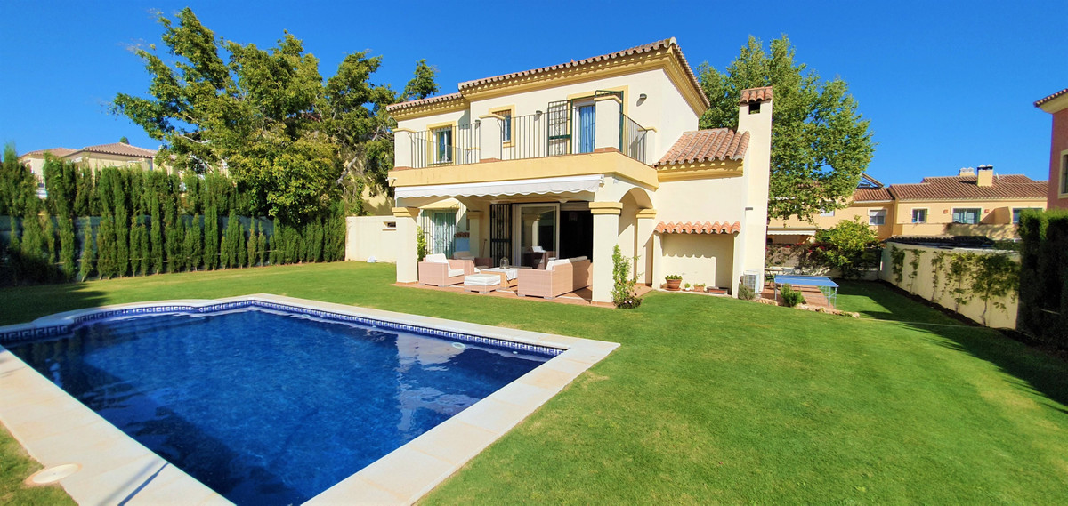 Fantastic 6 bedroom villa with pool and plot of 600 m2, pergola garage, large living room with firep,Spain