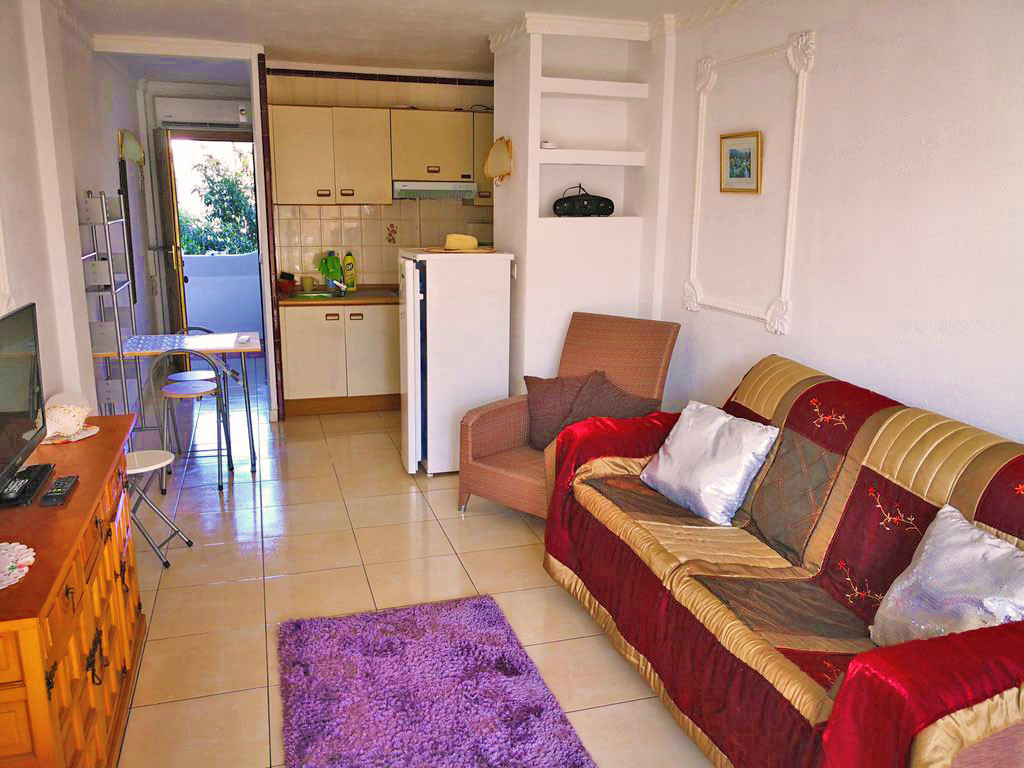 It has everything nearby, the beach, shops, bars, restaurants, supermarkets, banks etc ... a small i,Spain