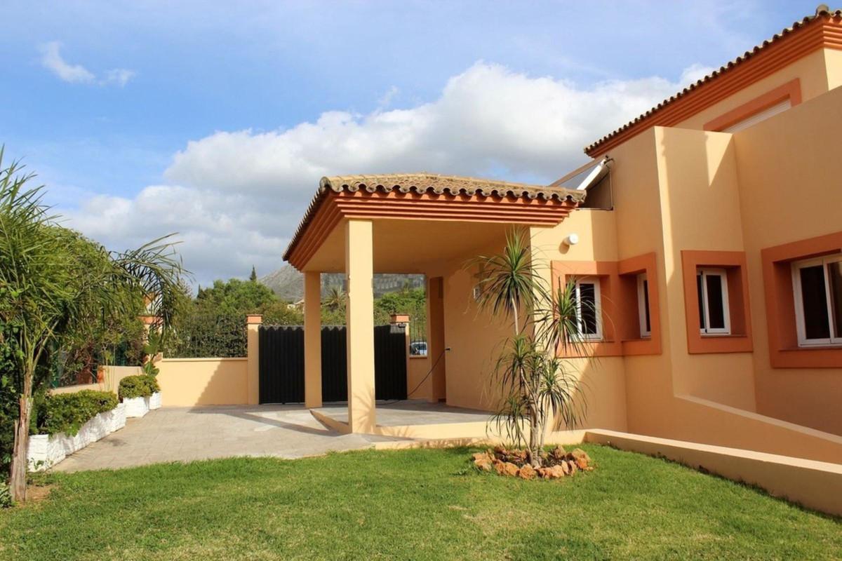 Detached Villa in Marbella R3434866