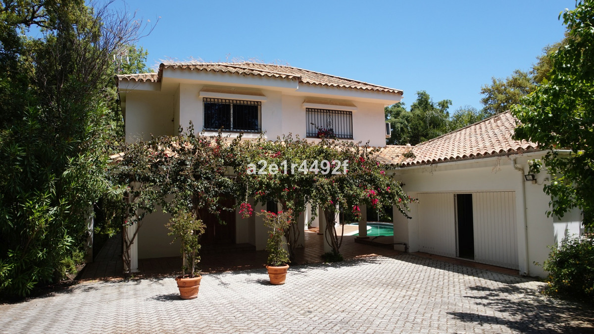 Fantastic villa in one of the most luxurious urbanizations of Sottogrande. Near golf courses. It has,Spain