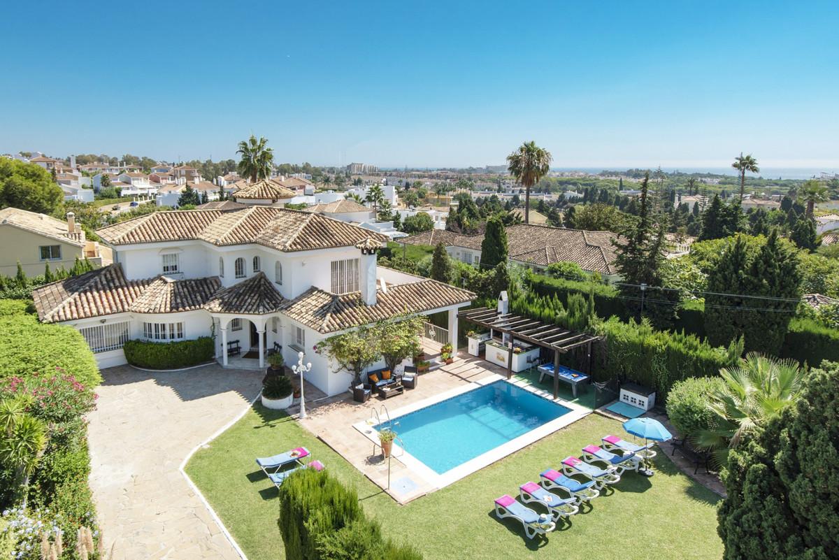 Detached Villa for sale in El Paraiso R3643928