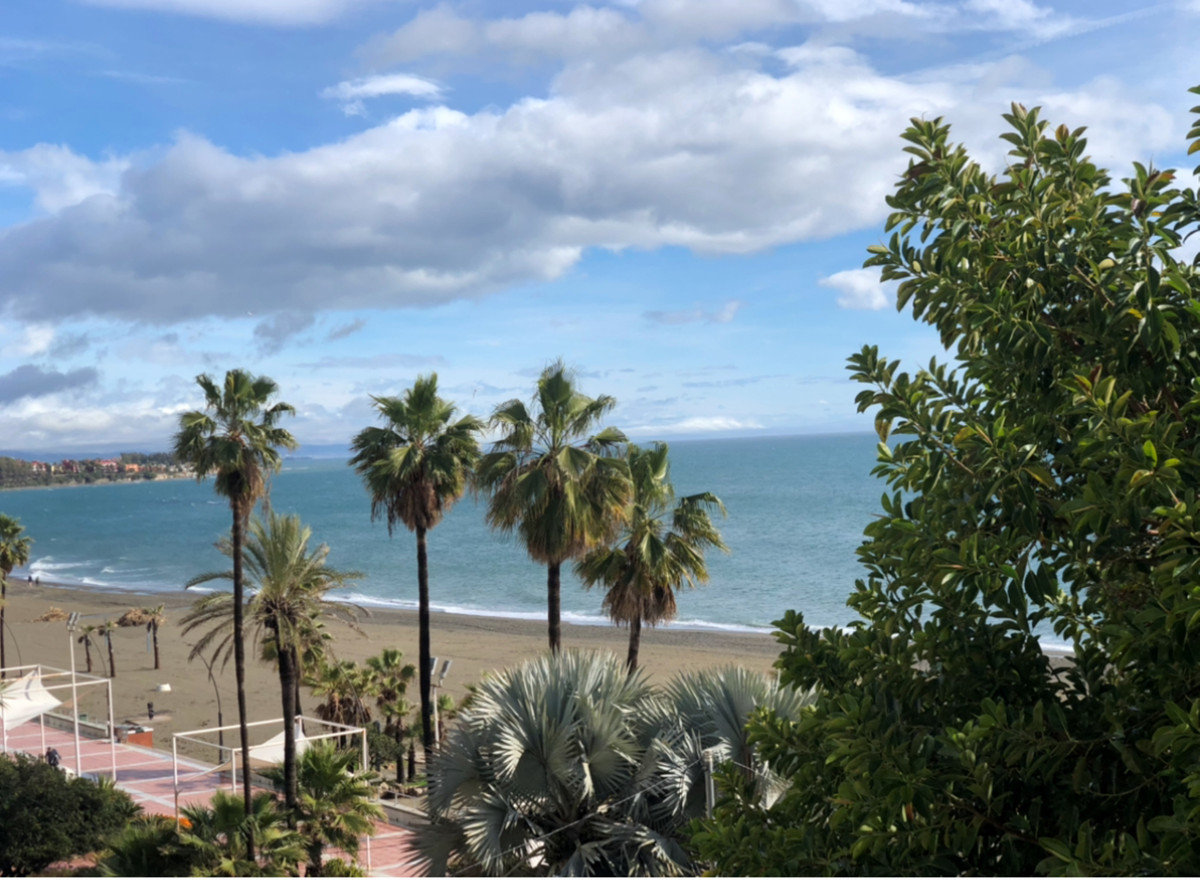 Middle Floor Apartment for sale in Estepona R3866779