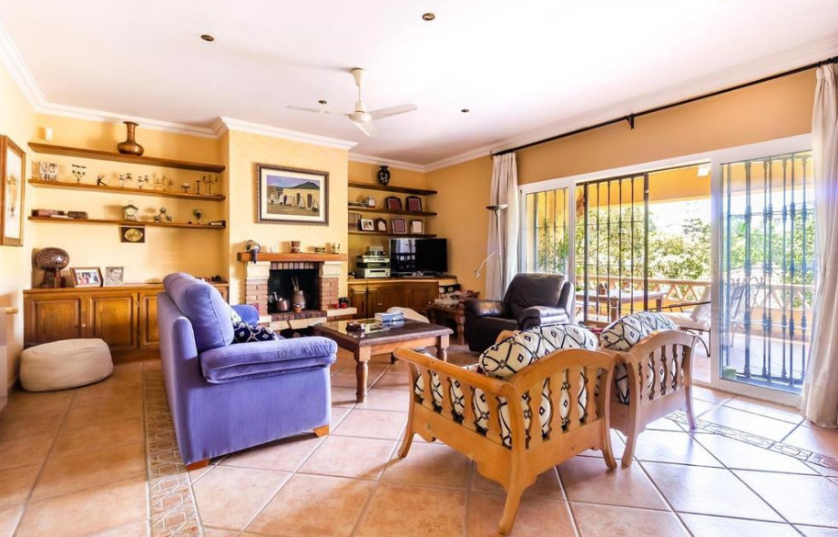 Villa con 6 Dormitorios en Venta Elviria