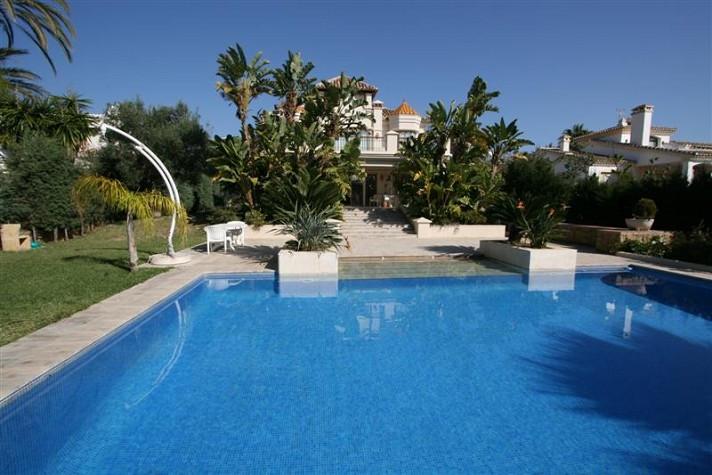 Villa  Detached for sale  and for rent  in Las Chapas