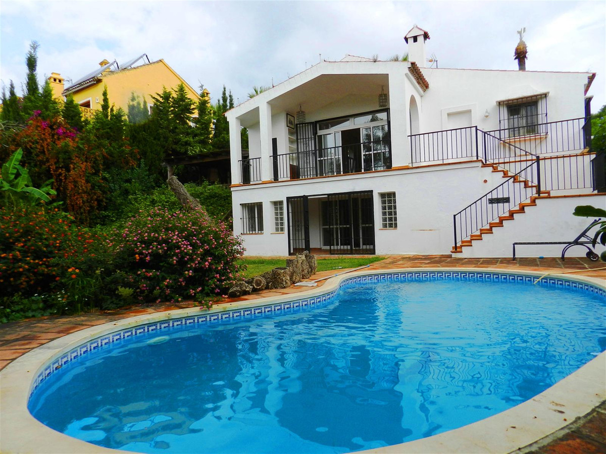 Independent luxury villa of divided level, in its own plot of 1100 m2 closed with gardens, Gardens a,Spain
