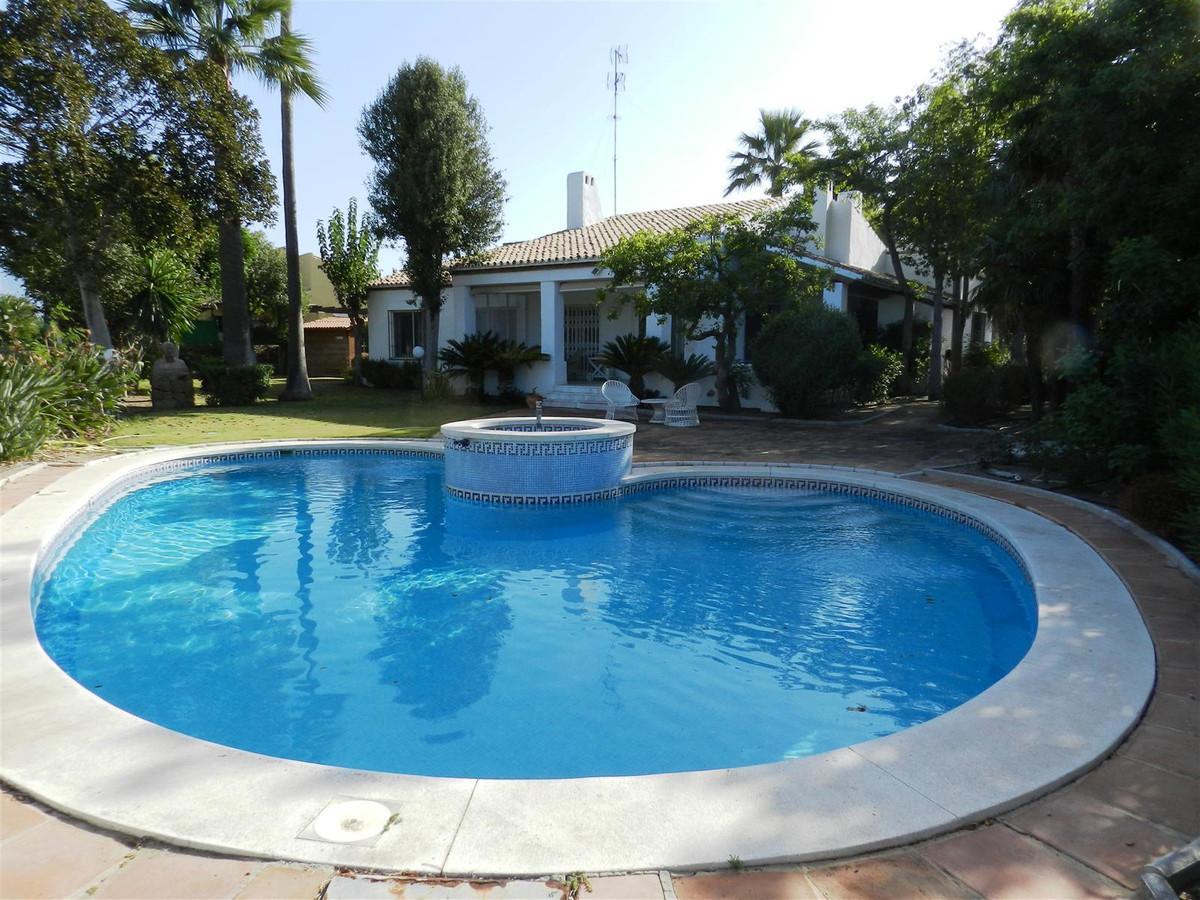 In front of the Golf de la Duquesa, beautiful villa of 345 m2 built on a plot of 1000 m2, a few minu,Spain