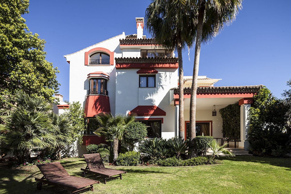 We offers you the opportunity to live in a dream villa. This villa in Marbella is located in Golden ,Spain