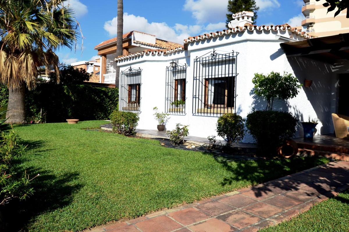 Beautiful and cozy villa in Torremolinos on one floor, in an urbanization of 11 villas. The house ha,Spain