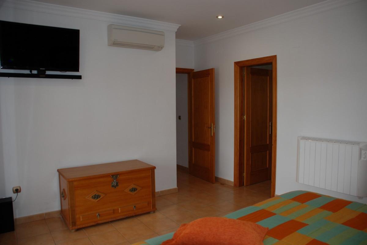 House in Estepona R2598008 28