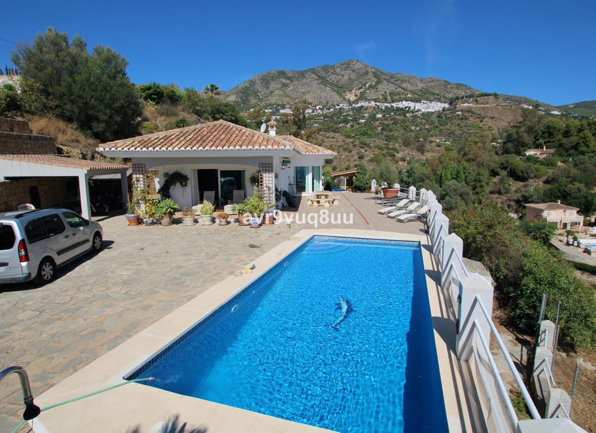 We are proud to present this wonderful, one level villa in Rancho de La Luz, half way between Mijas ,Spain