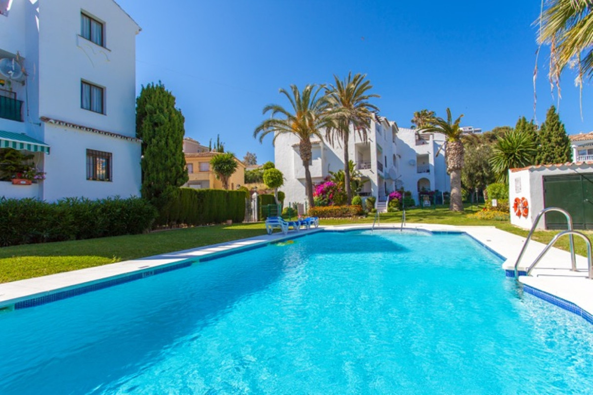 This is a beautifully presented top floor apartment located in lower Riviera del Sol in a quiet cul ,Spain