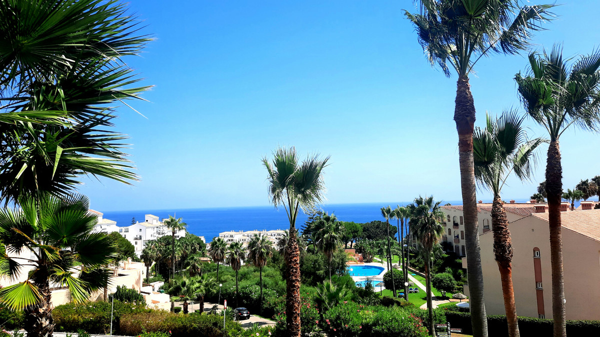 Lovely apartment for sale with sea views just renovated with brand new kitchen. Set in a holiday res,Spain