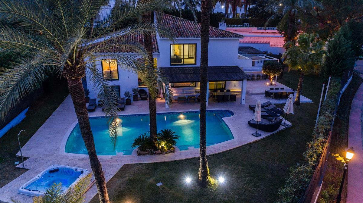 Detached Villa, Nueva Andalucia, Costa del Sol. 4 Bedrooms, 4 Bathrooms, Built 390 m², Terrace 100 m,Spain