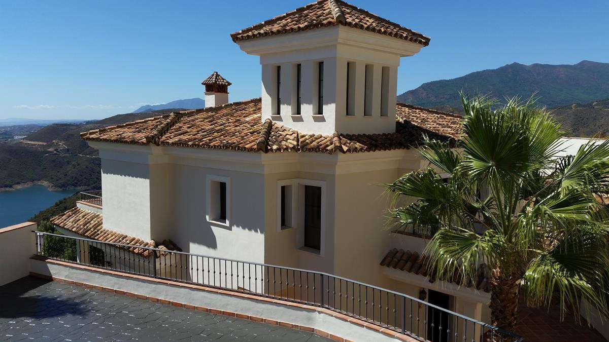 Here is a fantastic opportunity to purchase a stunning villa with the most incredible views of Lake ,Spain