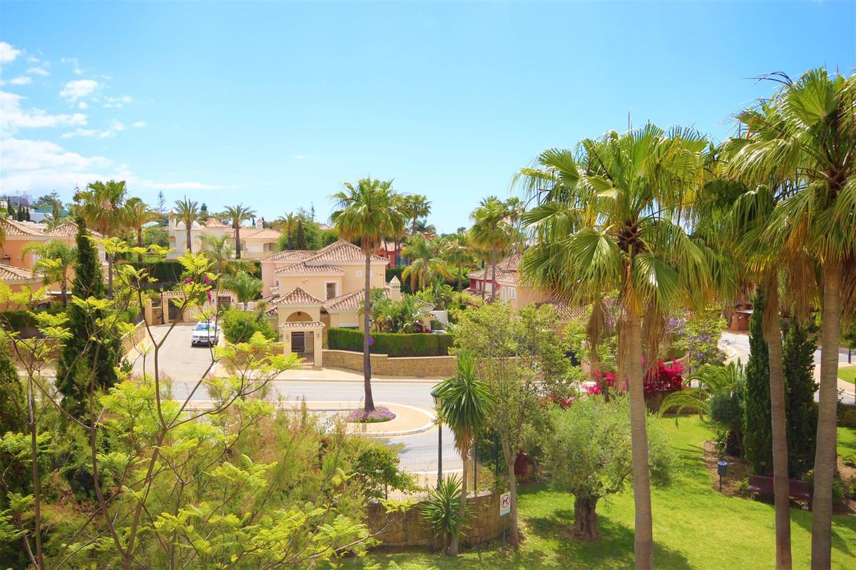 Middle Floor Apartment in Bahía de Marbella R1971747