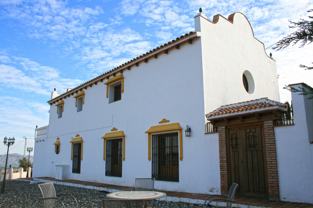 An impressive spacious country house with absolutely stunning views, overlooking the Guadalhorce val,Spain