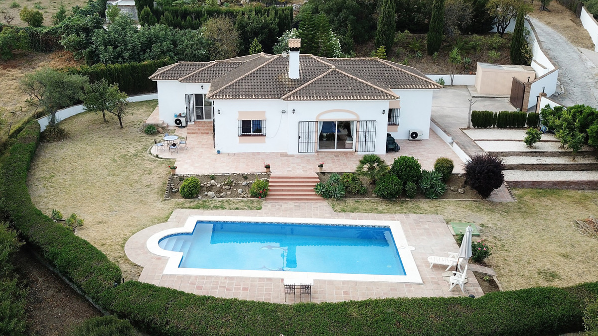 Wonderful, single storey country home with 4 bedrooms, 4 bathrooms and spectacular views.  This deli,Spain