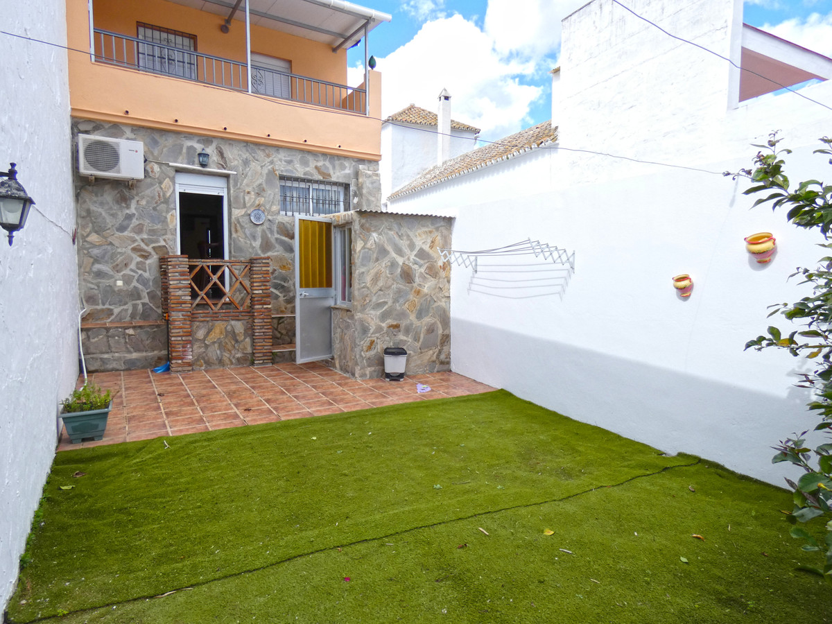 Nice semi-detached house in Coin. This property belongs to a group of neighbouring houses in the cou,Spain