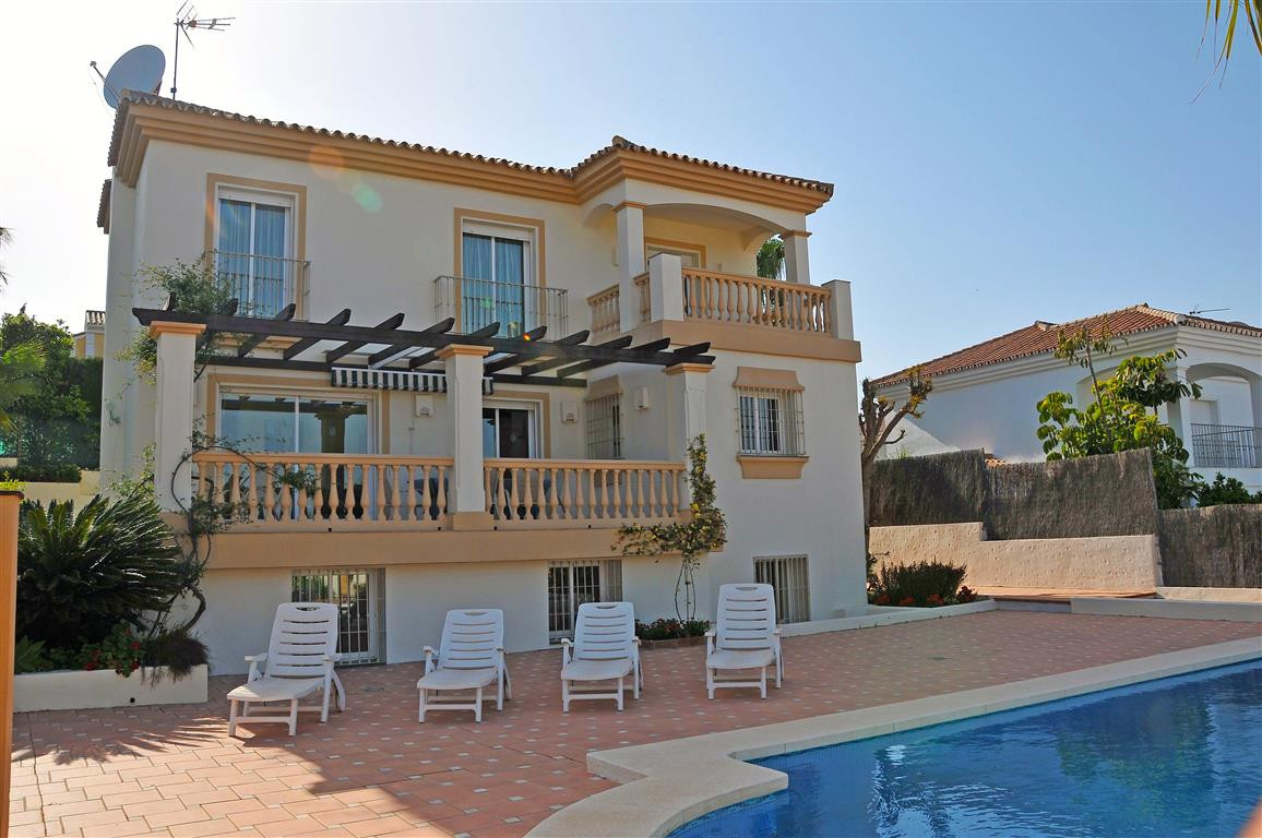 Fantastic detached villa with pool on a plot of just over 600m² and distributed as follows: Basement,Spain