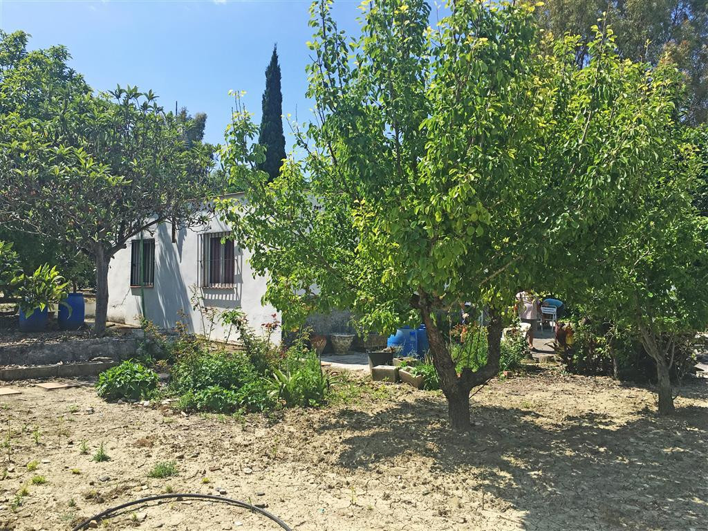 Spacious 4 bedroom, 1 bathroom country house situated in a rural area near the river in Coin. The pr,Spain