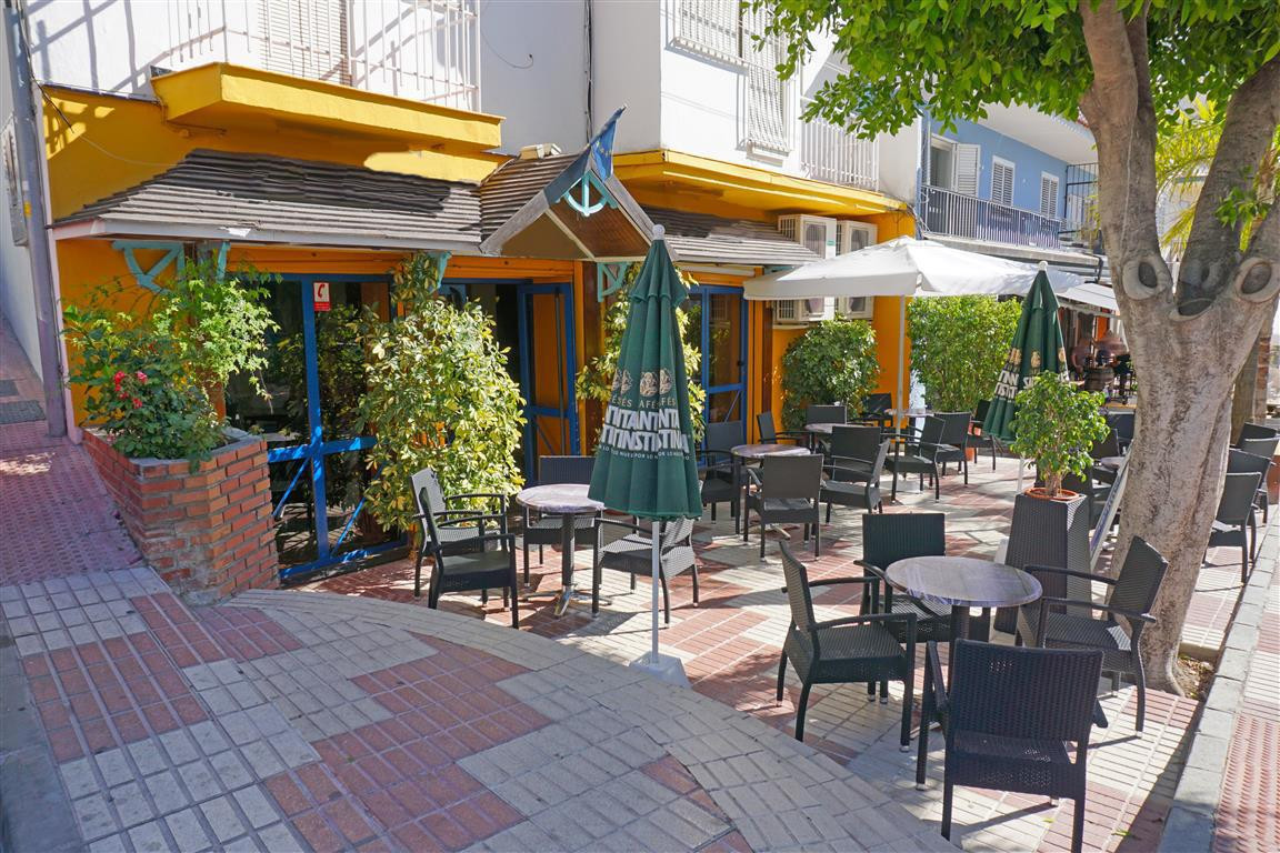 Very centrally located bar in Alhaurin el Grande. This commercial lessee is available for the price ,Spain
