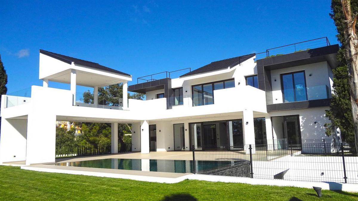 Contemporary villa under construction located in one of the most prestigious urbanizations in Marbel,Spain